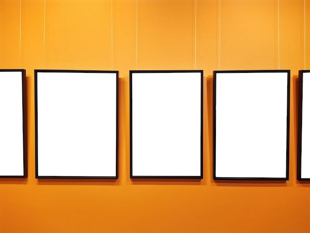 미술 전시회에서 여러 개의 빈 프레임