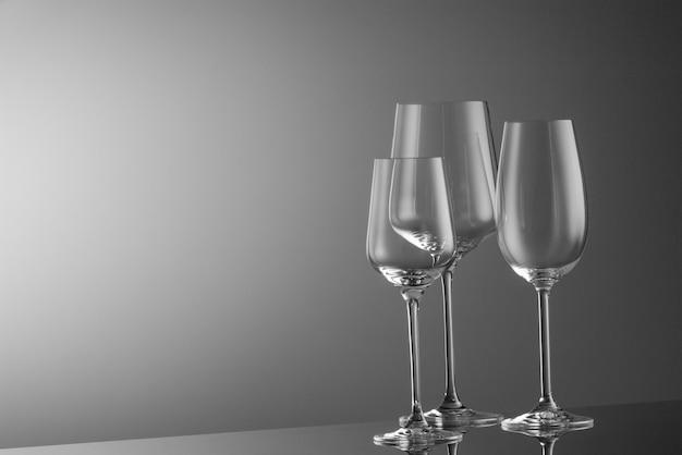 밝은 배경에 여러 개의 빈 와인 잔