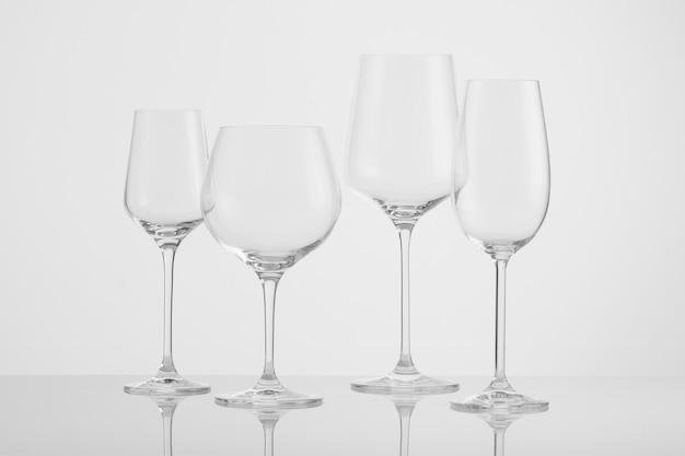 흰색 배경에 여러 빈 와인 잔