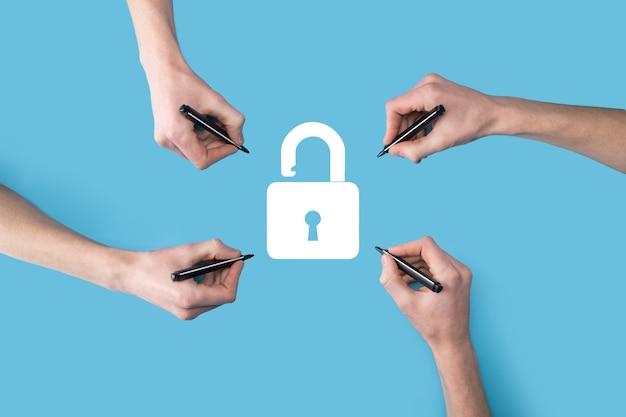 数、4つの手がマーカーで南京錠のアイコンを描きます。サイバーセキュリティネットワーク。インターネット技術ネットワーキング。タブレット上のデータ個人情報を保護します。データ保護プライバシーの概念。 gdpr。 eu。