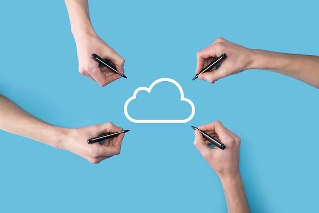 Несколько, четыре руки рисуют значок облака. концепция облачных вычислений - подключите смартфон к облаку. вычислительная сетевая информационная технология со смартфоном. концепция больших данных.