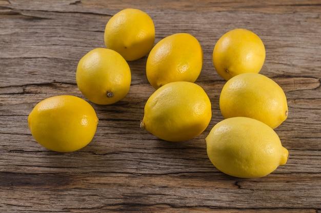 木製の背景にいくつかの新鮮なジューシーなレモン。マイヤー品種
