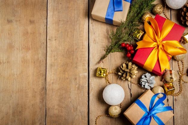 いくつかのギフトボックス、クリスマスの装飾、木製の背景にクリスマスツリーブランチ。クリスマス、冬休み、。フラット横たわっていた、トップビュー