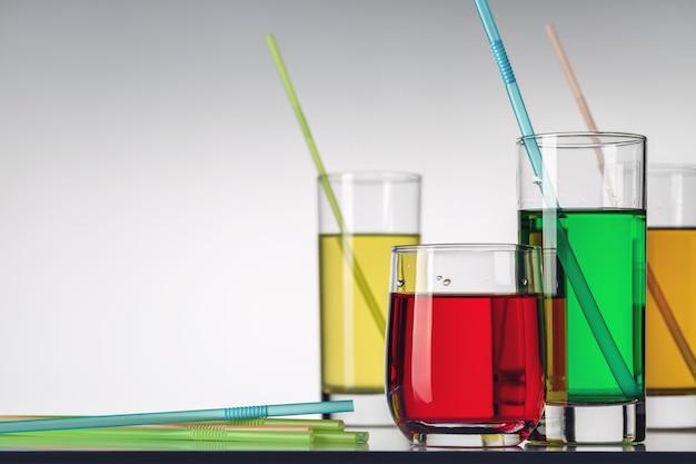 다른 여러 가지 빛깔의 청량 음료 몇 잔