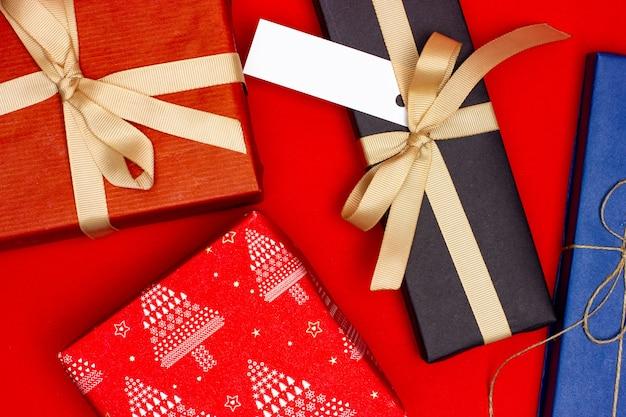 빨간색 배경에 여러 휴가 선물. 위에서 봅니다.