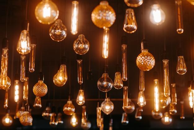 천장에 여러 램프