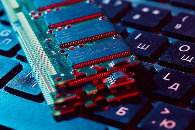 На клавиатуре лежат несколько модулей оперативной памяти, выделенных красным цветом.