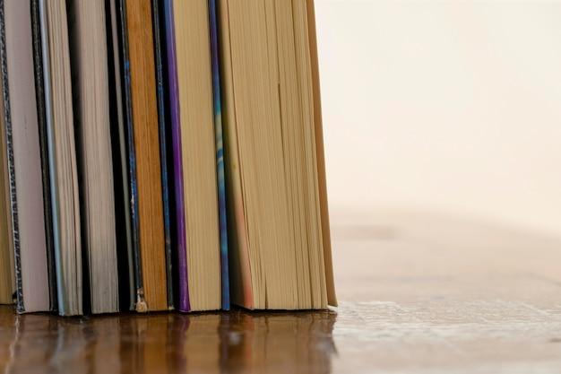 텍스트를 위한 공간이 있는 테이블에 있는 여러 오래된 책