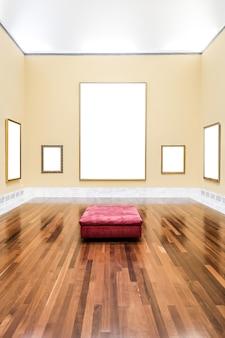 展示会で壁にぶら下がっているいくつかの古い素朴な空のフレーム