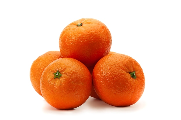 いくつかのオレンジは影のある白の上にあります