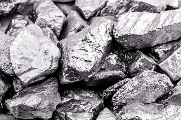 여러 개의 팔라듐 돌, 실온에서 고체 상태로 수축하는 화학 원소. 산업에서 사용되는 금속. 스팟 포커스 프리미엄 사진