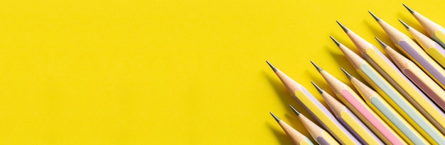 Несколько карандашей на желтой бумаге