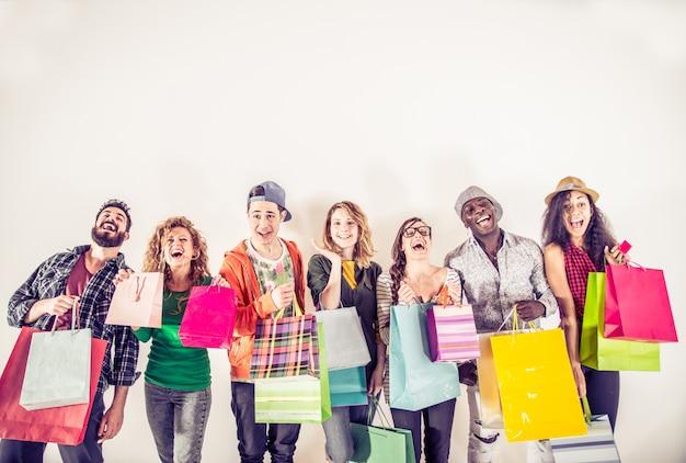 買い物袋を持っている数人