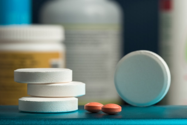 いくつかの錠剤。オレンジ色の錠剤に焦点を当てます。