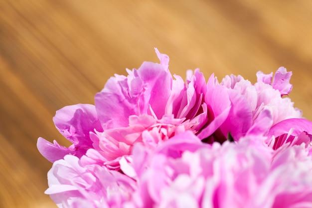 花束に積み上げられたいくつかのピンクの牡丹