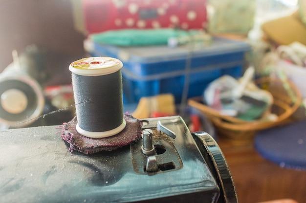 Несколько штифтов, сложенных на подушке для шитья