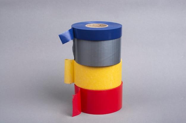 灰色の背景にダクトテープのいくつかのロール。
