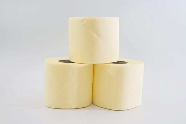 Несколько рулонов туалетной бумаги на белом фоне.