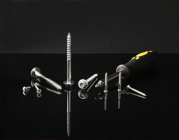 다양한 크기, 모양, 디자인 및 용도의 여러 나사.