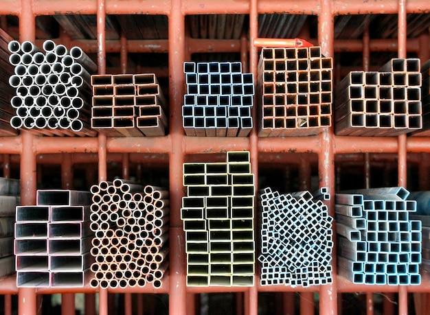 Несколько стальных труб с размерами и формой