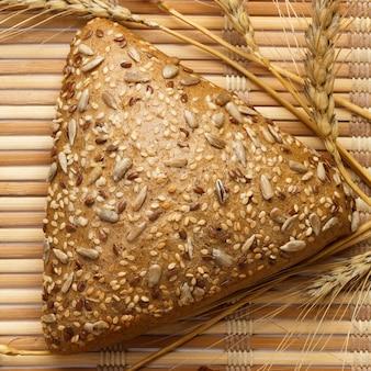 ヒマワリの種全体をまぶしたいくつかの小さな多粒の三角形のパン