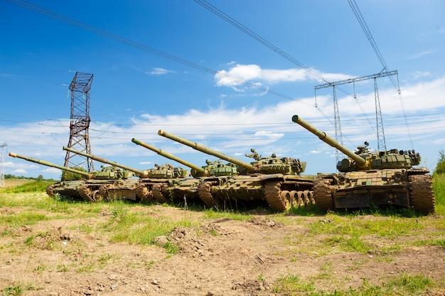 空にいくつかの戦車