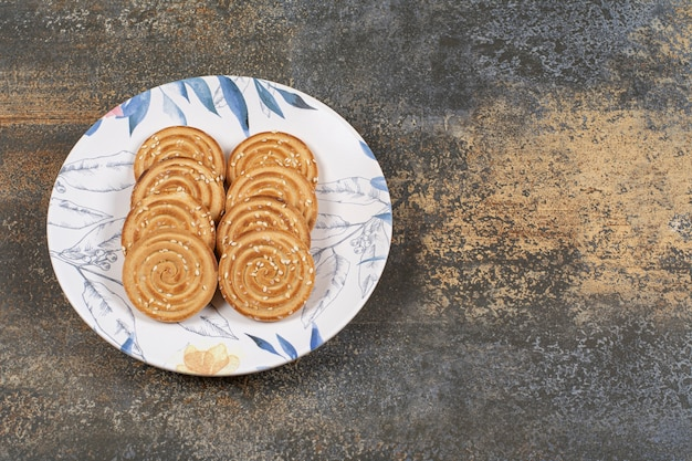 Diversi gustosi biscotti sul piatto colorato.