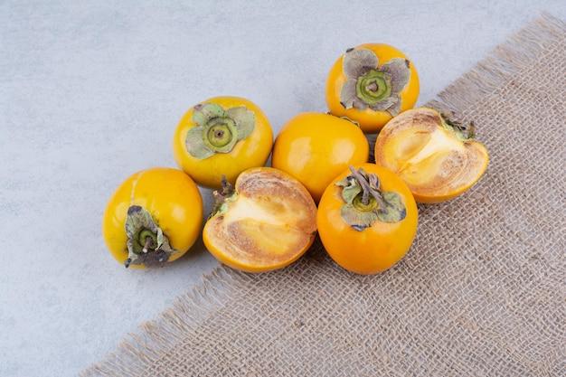 荒布に乗ったおいしい柿。高品質の写真
