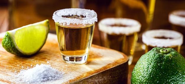 メキシコで最も消費されている飲み物のいくつかのテキーラグラス
