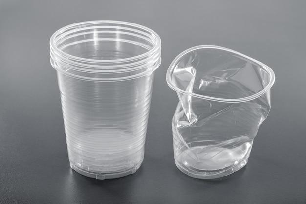 いくつかの透明な新品および中古のプラスチックガラス。リサイクル。