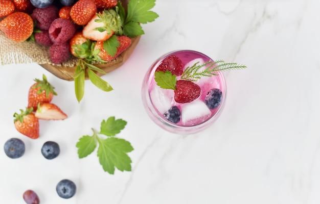 いくつかの種類の果物と野菜の健康的な食べ物と飲み物のライフスタイル