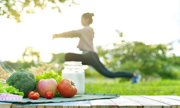 いくつかの種類の果物と野菜の健康食品とヨガの運動ライフスタイル