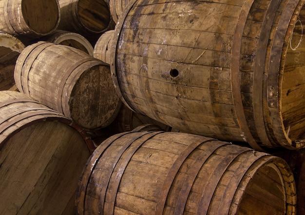 いくつかの木製の樽のクローズアップ