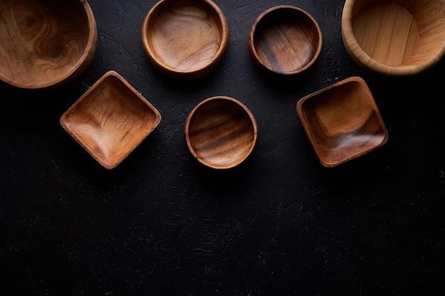 傷の大きさのいくつかの木製ボウル