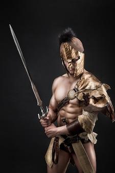 Суровый варвар в кожаном костюме с мечом