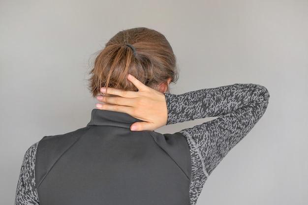 여성의 심한 목 통증