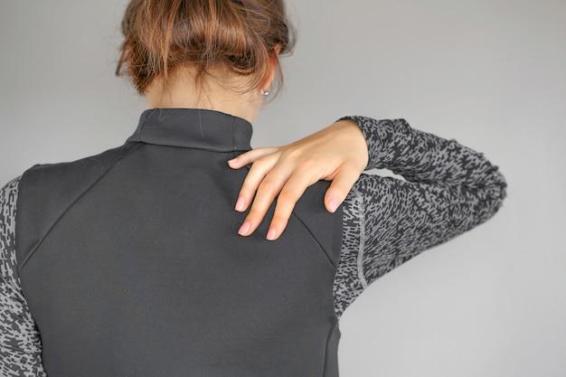 여자의 어깨에 심한 통증