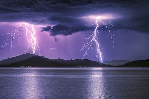 山の湖で激しい雷雨