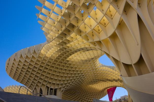 Севилья, испания - 14-ое сентября: зонтик metropol на пласа-де-ла-энкарнасьон 14 сентября 2011 года в севилье, испания. j. mayer h. architects, он сделан из клееной древесины с полиуретановым покрытием. Premium Фотографии