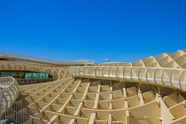 Севилья, испания - 14-ое сентября: зонтик metropol на пласа-де-ла-энкарнасьон 14 сентября 2011 года в севилье, испания. j. mayer h. architects, он сделан из клееной древесины с полиуретановым покрытием.