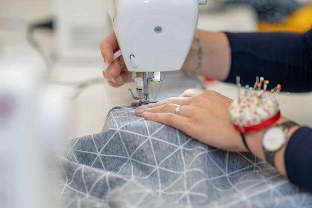 ミシンに身を包んで縫う