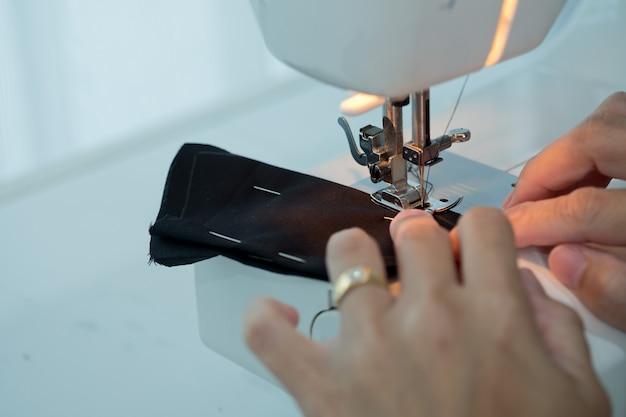 Шить машина крупным планом рука, шитье