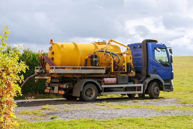 下水タンクローリー。下水道ポンプ機。浄化槽トラック