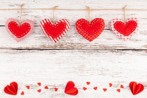 Сшитая подушка hearts row border из красной ткани и бумажных сердечек с конфетти