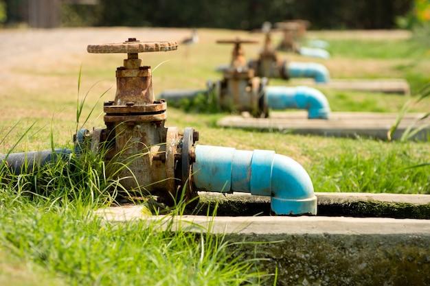 屋外公園の下水道管。
