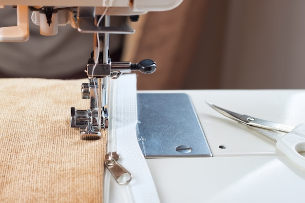 Пришиваем белую молнию на швейной машинке. процесс шитья