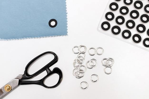 白い背景の上の縫製アクセサリーとボタン
