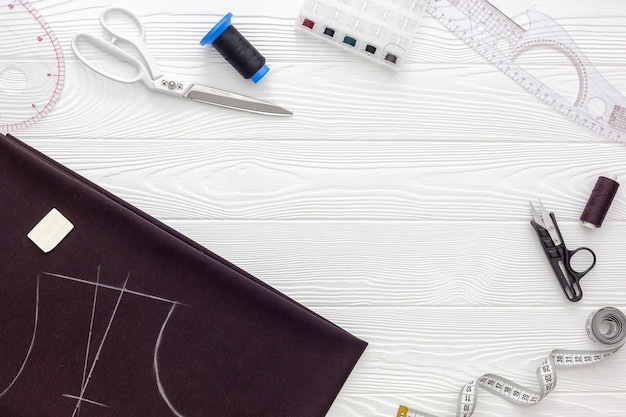ソーイングアクセサリーとソーイング用品。糸、はさみ、センチメートルのスプール