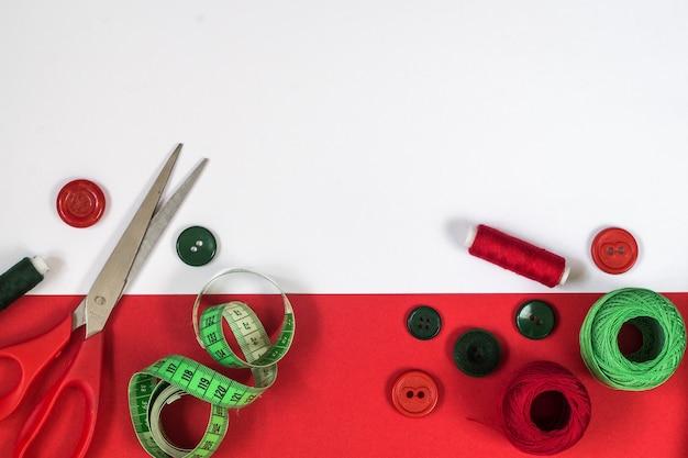 Швейная фурнитура красного и зеленого цветов. вид сверху
