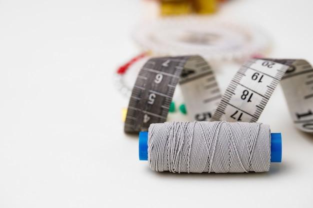 白で隔離の縫製アクセサリーのクローズアップ